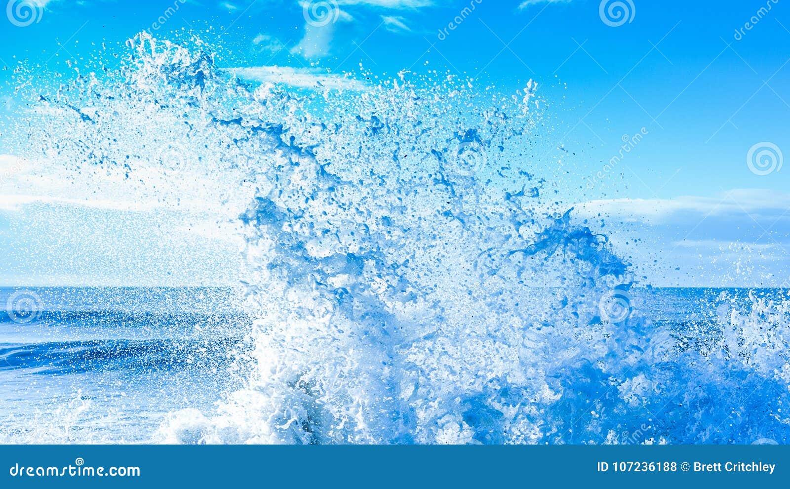 新鲜的干净的浪端的白色泡沫海浪飞溅