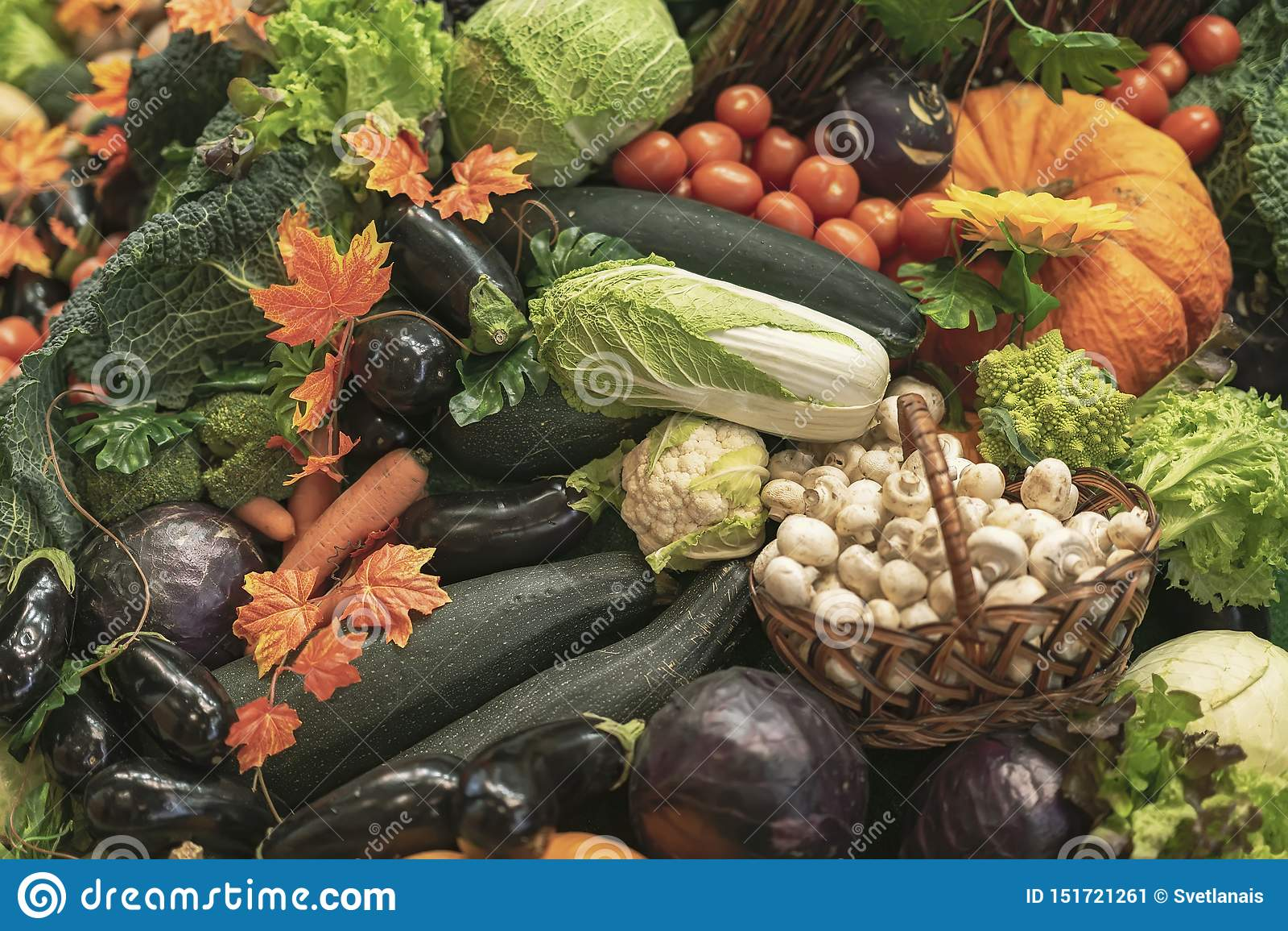 新鲜的有机蔬菜五颜六色的自然本底  Vegeterian食物、饮食和健康生活概念 r