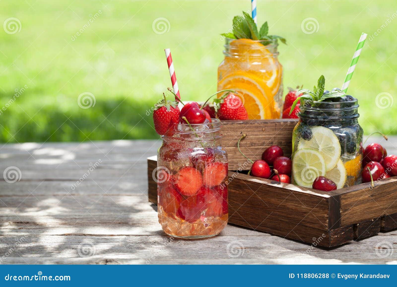 新鲜的柠檬水瓶子用夏天果子和莓果