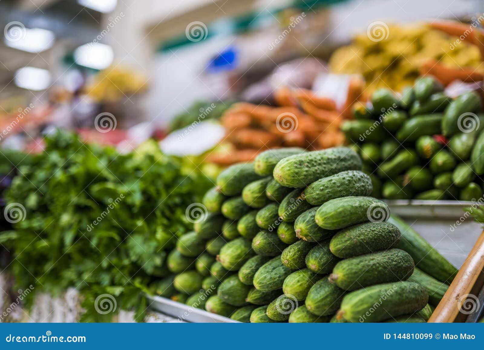 新鲜的水果和蔬菜大选择在市场上