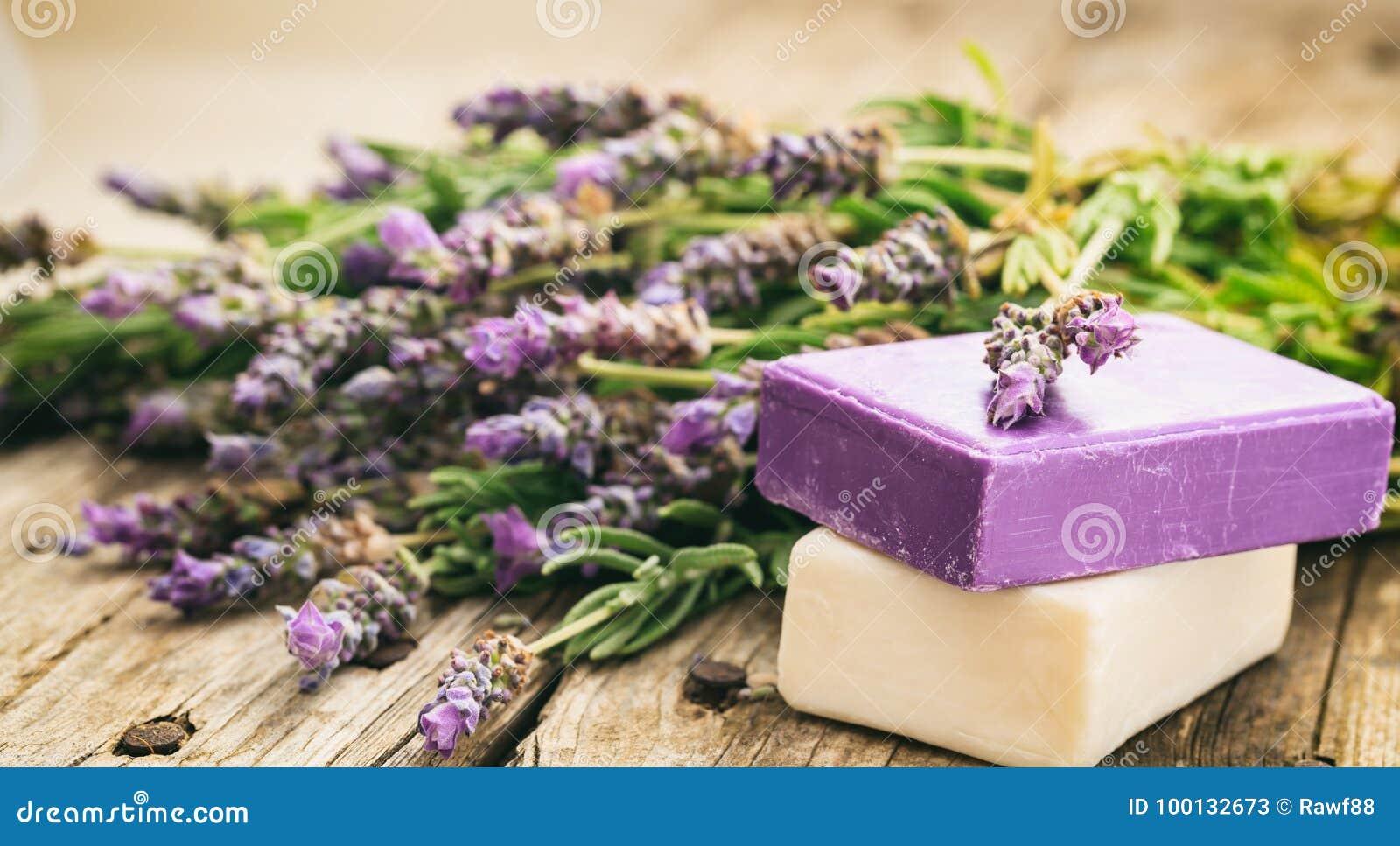 新鲜的淡紫色和淡紫色肥皂