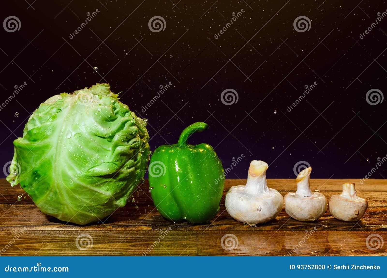 新鲜的湿菜和蘑菇