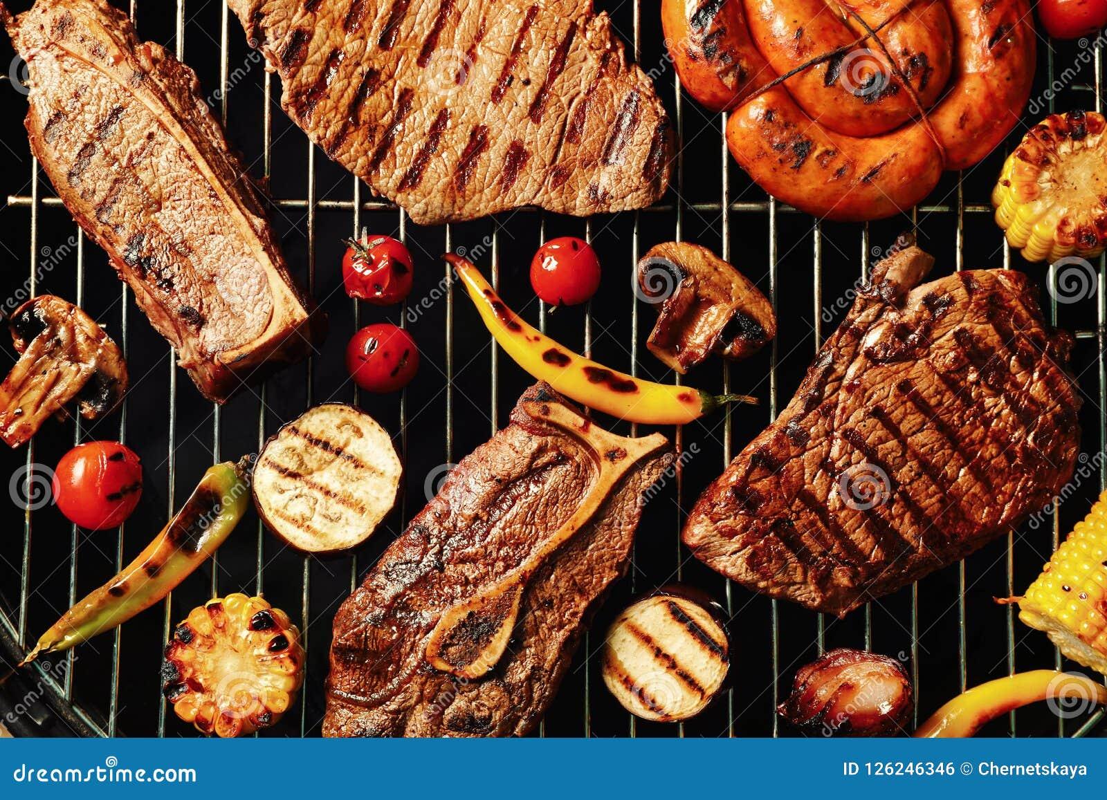 新鲜的烤肉牛排和菜在烤肉磨碎