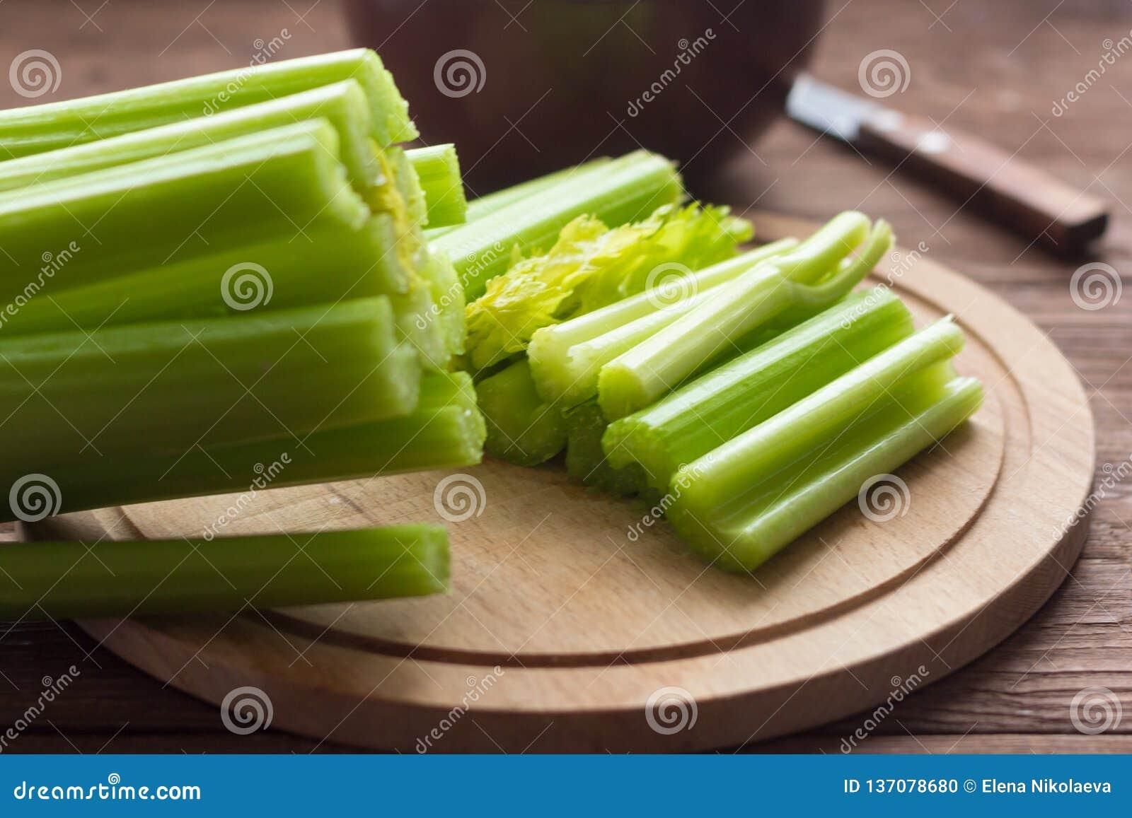新鲜的芹菜,芹菜茎在木背景关闭