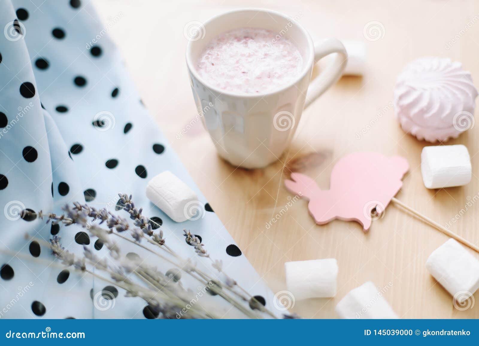 新鲜的草莓圆滑的人或奶昔用蛋白软糖,特写镜头 r flatlay创造性的春天,顶视图