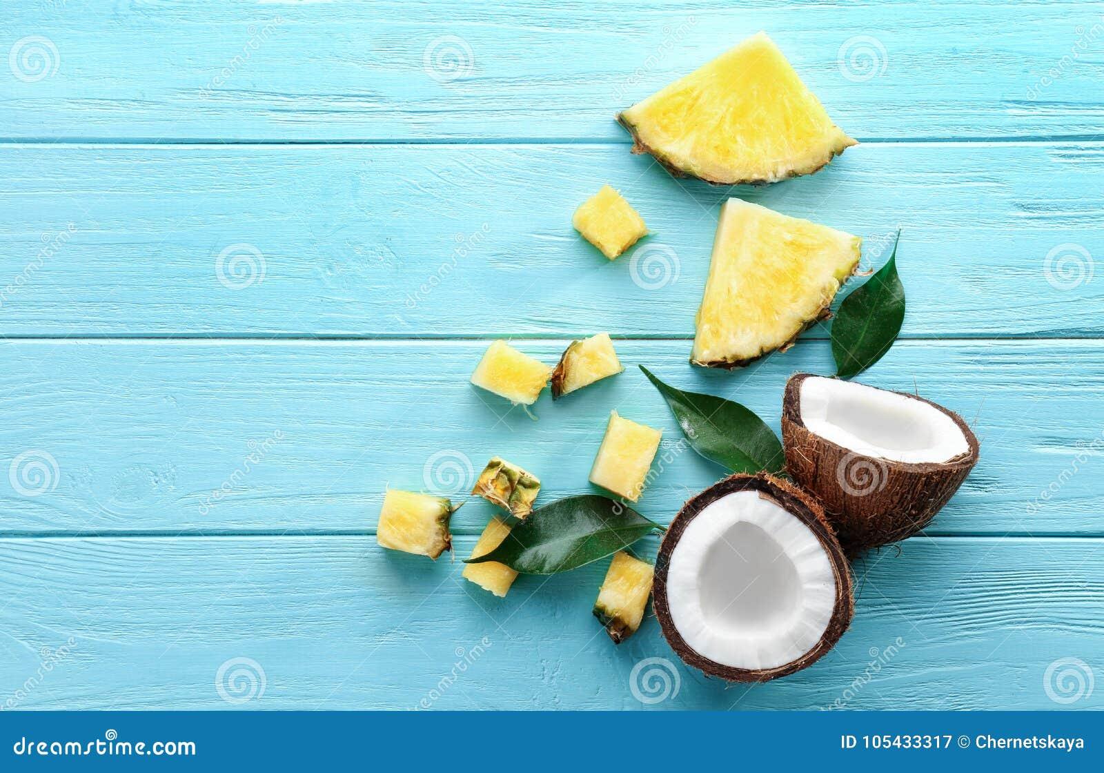 新鲜的菠萝切片和椰子的构成