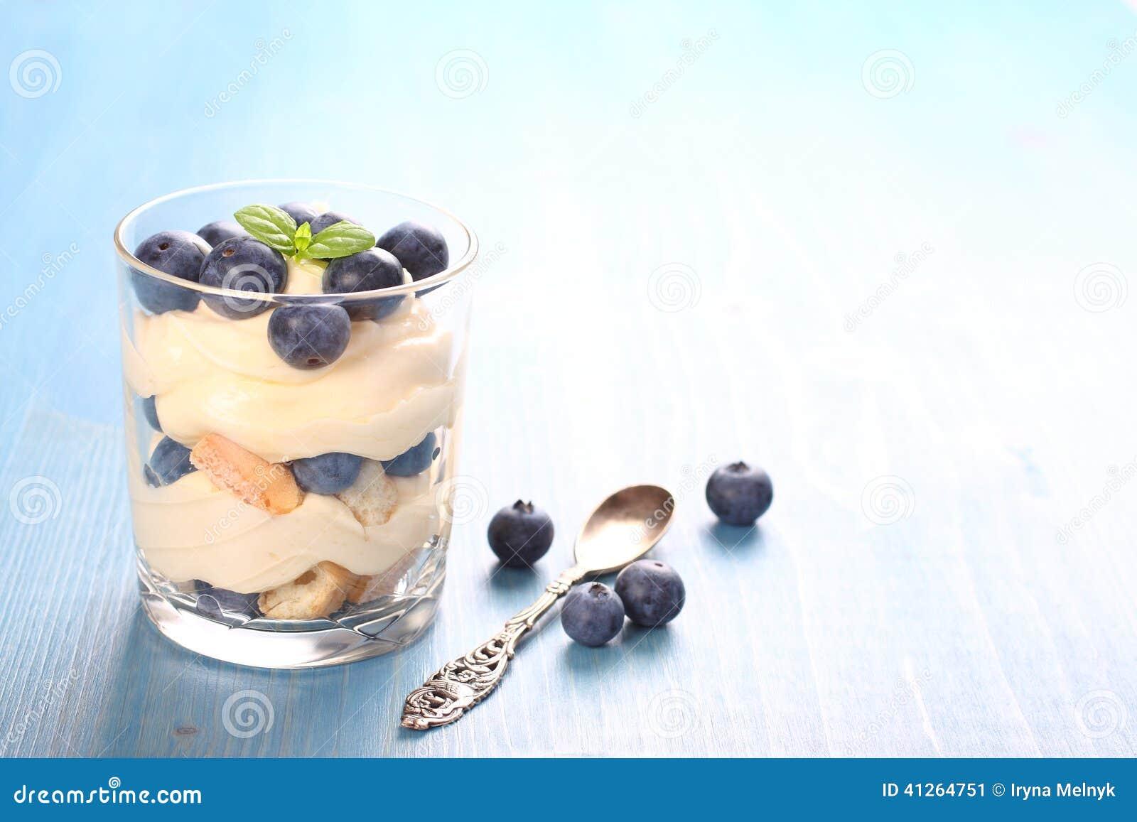 新鲜的蓝莓分层了堆积有mascarpone奶油和曲奇饼的沙漠