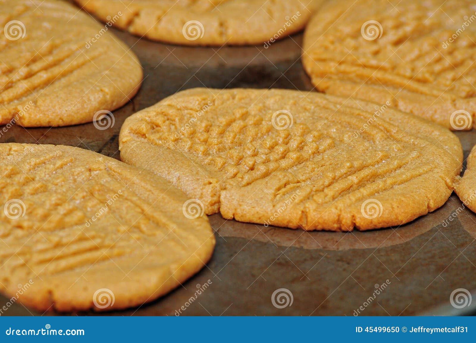 新鲜的被烘烤的花生酱曲奇饼
