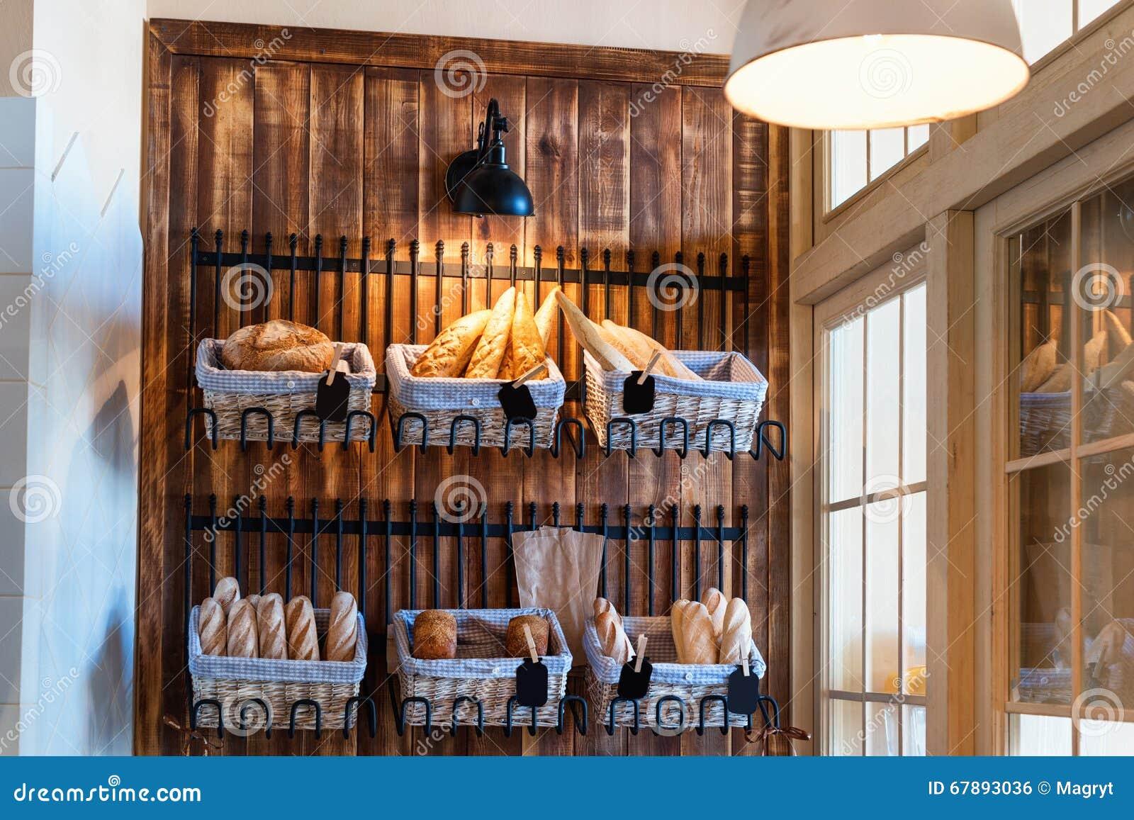 新鲜的被烘烤的面包品种在面包店商店 食家面包待售