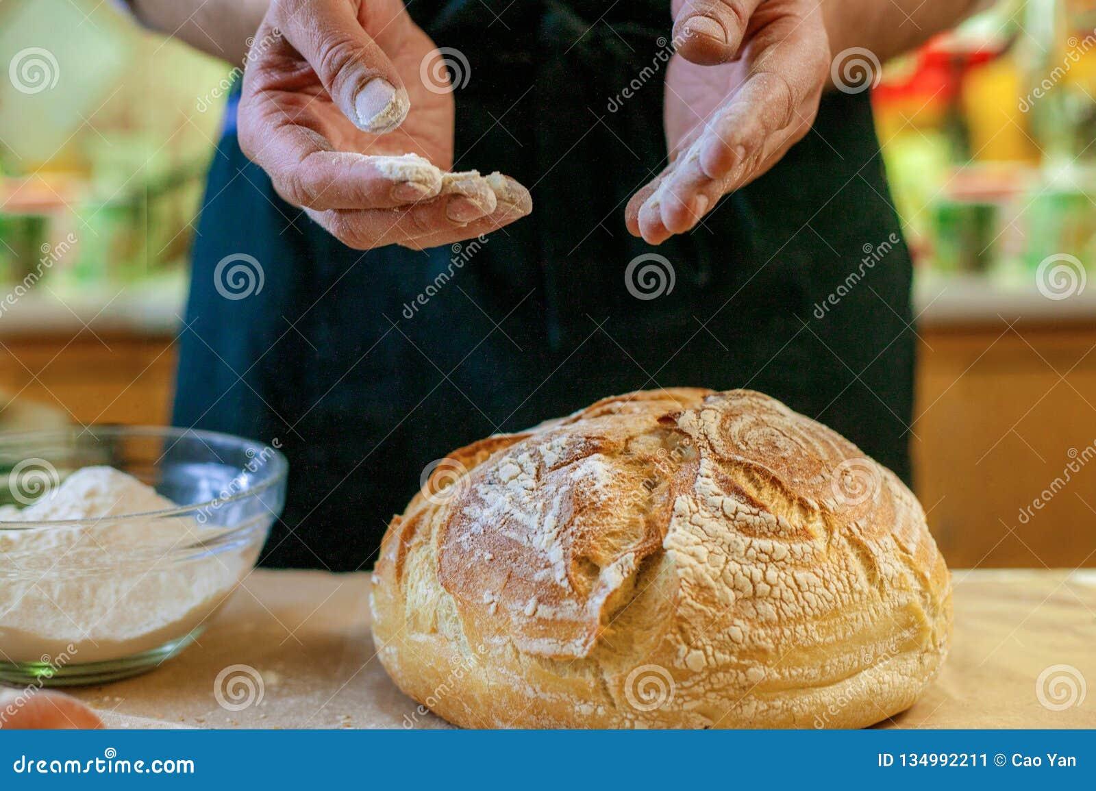 新鲜的被烘烤的面包特写镜头  厨师烹调面包用面粉和鸡蛋