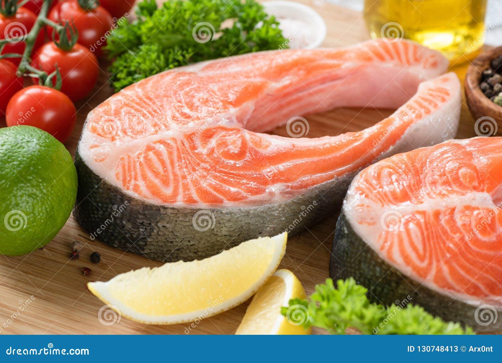 新鲜的鲑鱼排和成份烹调的