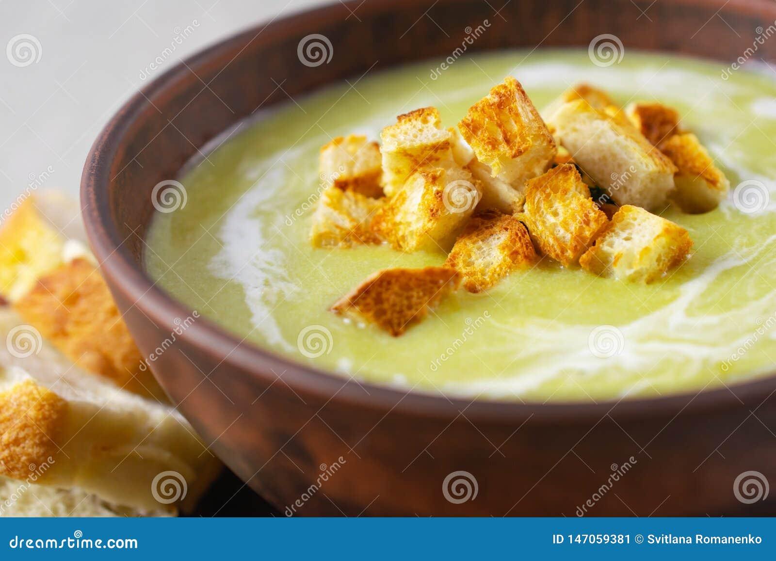 新鲜的鲜美奶油色菠菜汤用油煎方型小面包片,健康午餐关闭