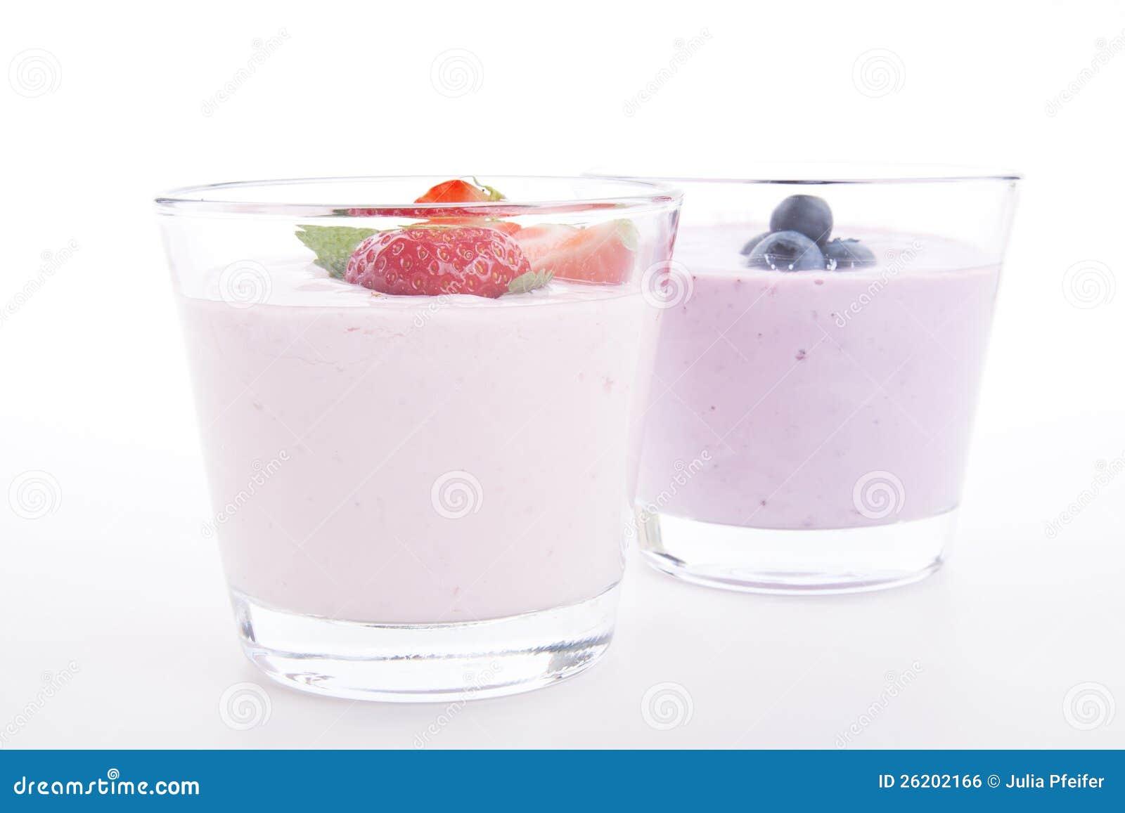 新鲜的鲜美草莓蓝莓酸奶震动奶油