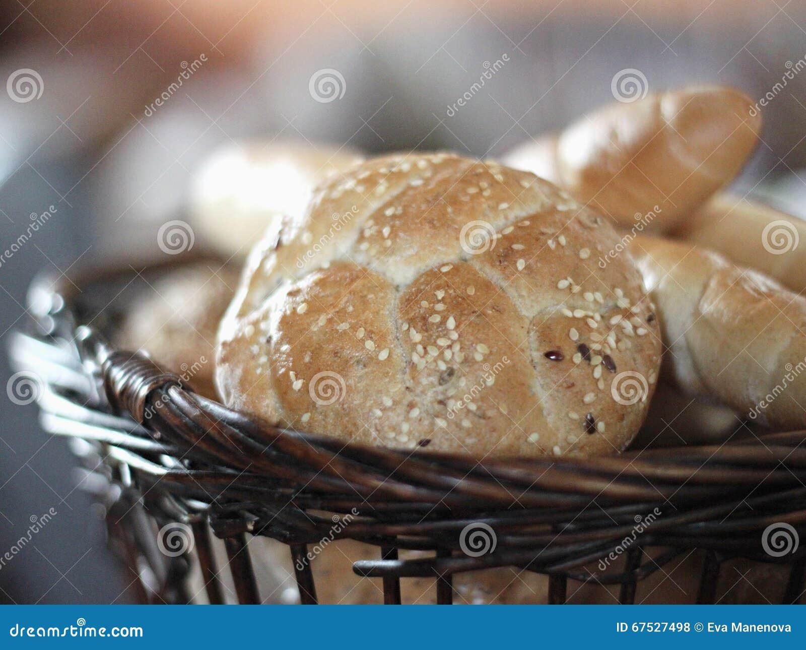 新鲜篮子的面包