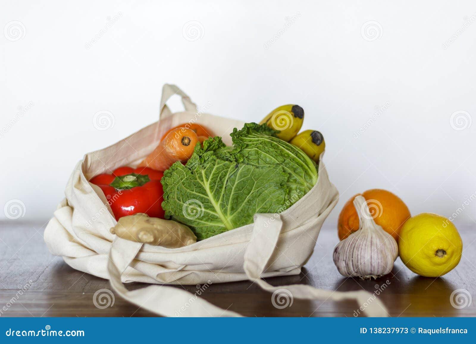 新鲜蔬菜和果子在棉花袋子 零的废物,塑料自由概念