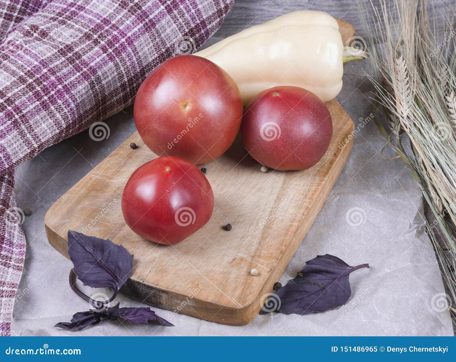 新鲜蔬菜在厨房里:蕃茄,胡椒,黄瓜,绿色