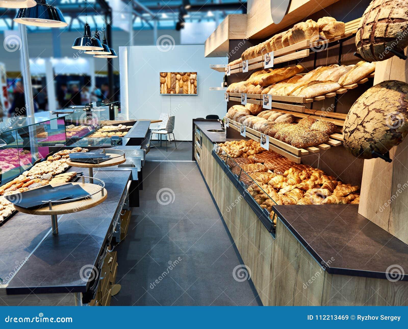 新鲜面包和酥皮点心在面包店