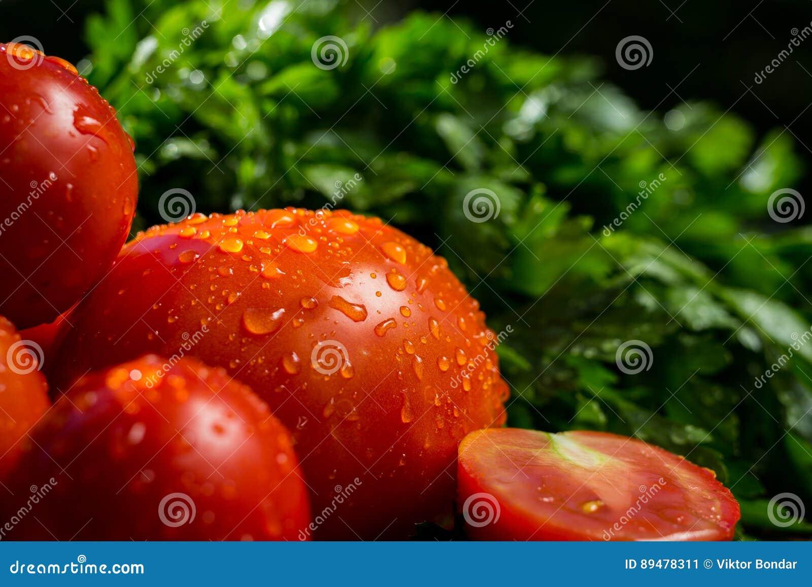 新鲜,成熟蕃茄、茄子和荷兰芹特写镜头  22个项目符号口径组白色