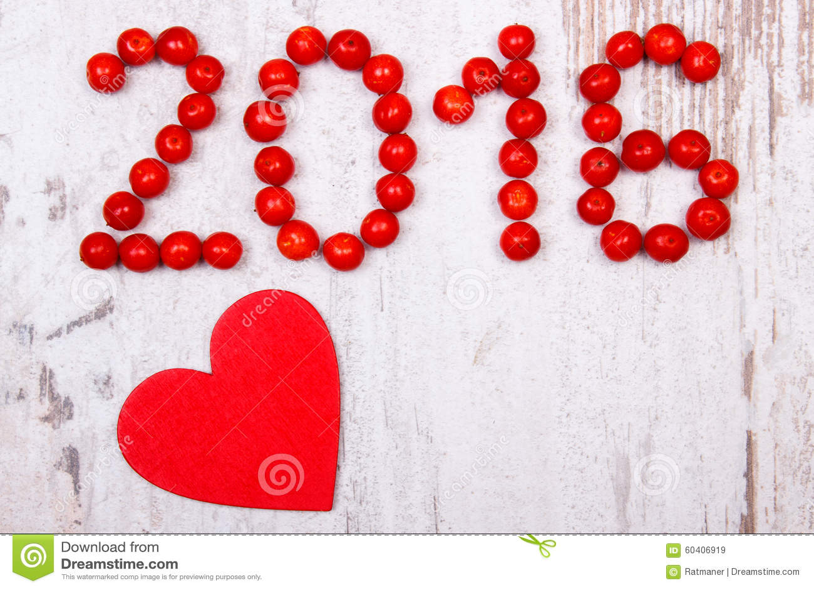 新年2016做了红色荚莲属的植物和红色木心脏在老木背景