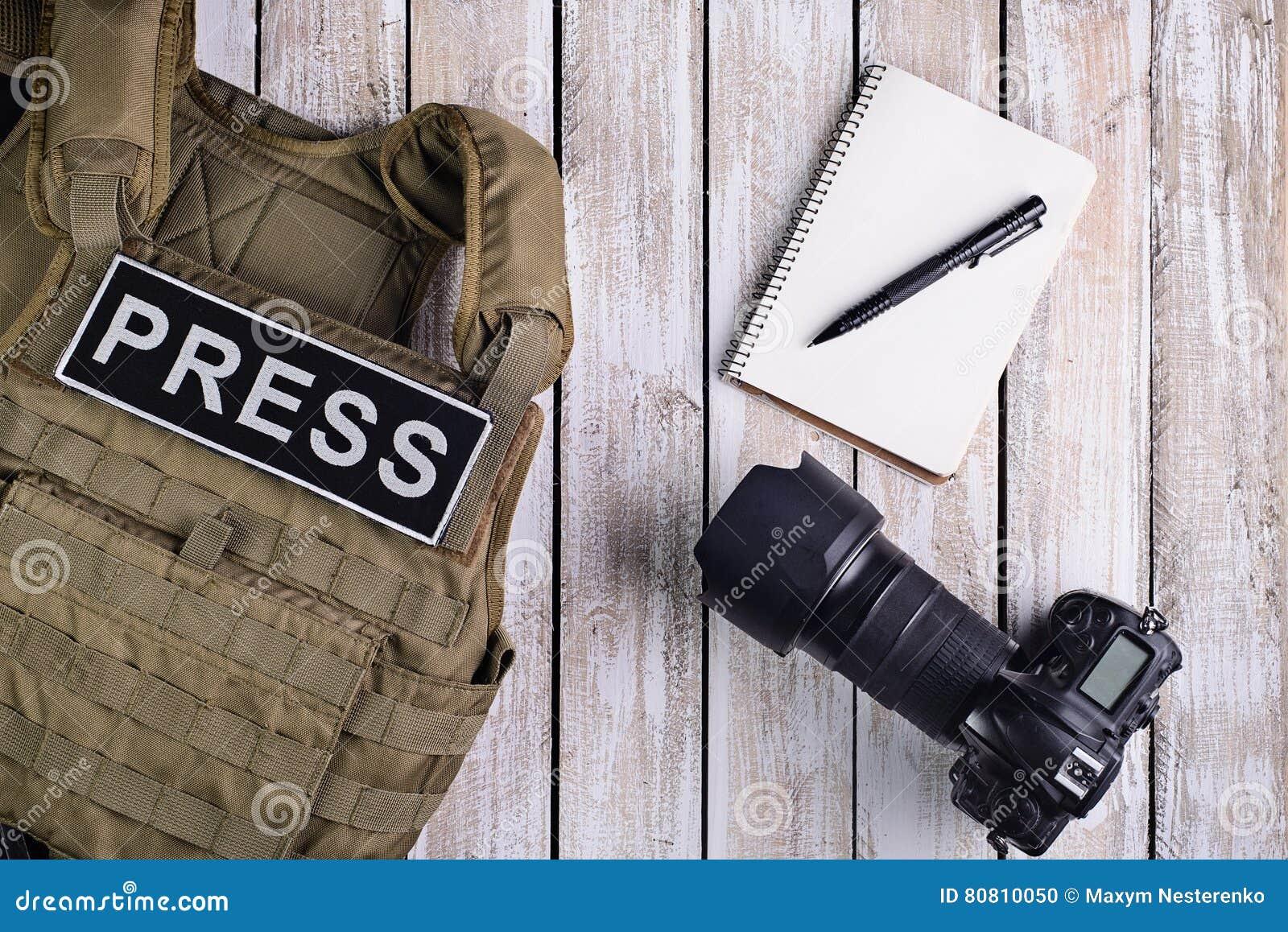 新闻工作者、笔记本和照相机的身体装甲