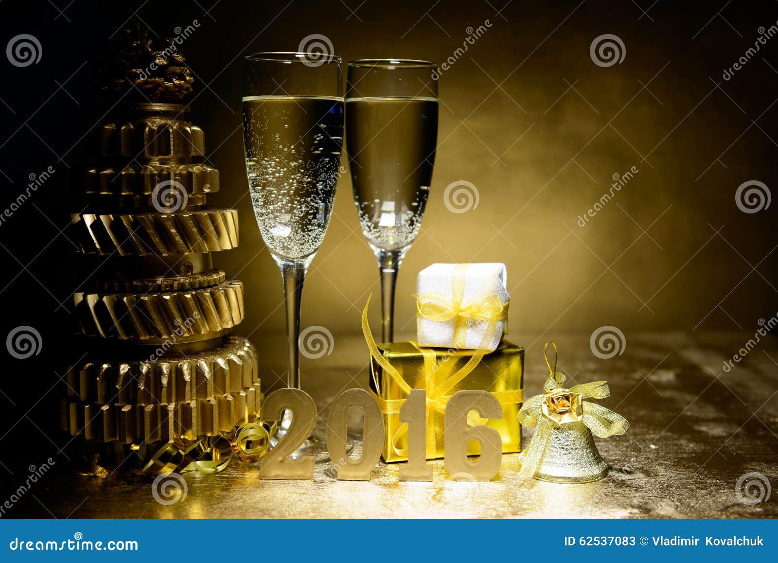 新年构成用香槟和礼物在金背景