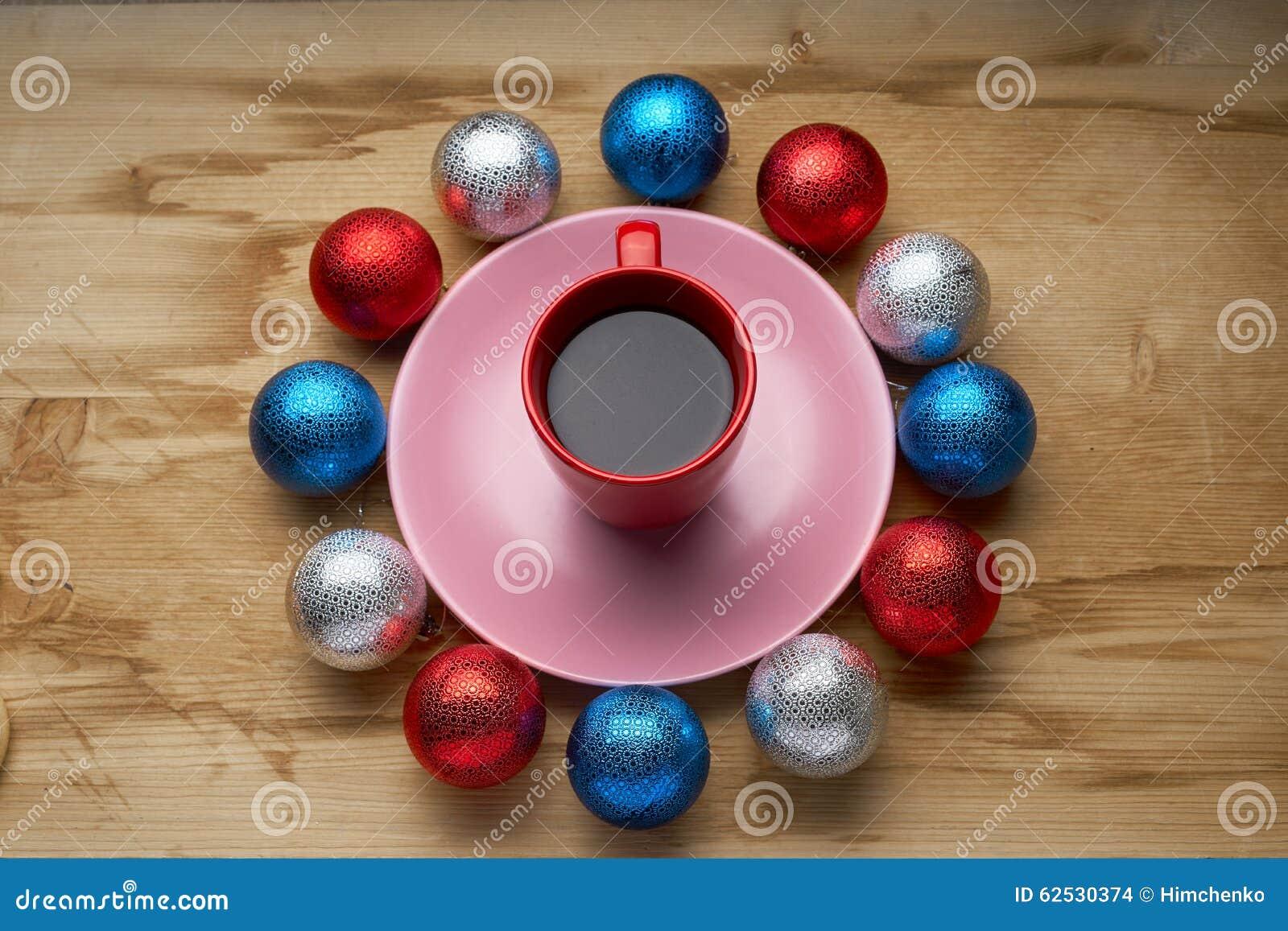 新年的玩具和咖啡在木桌上