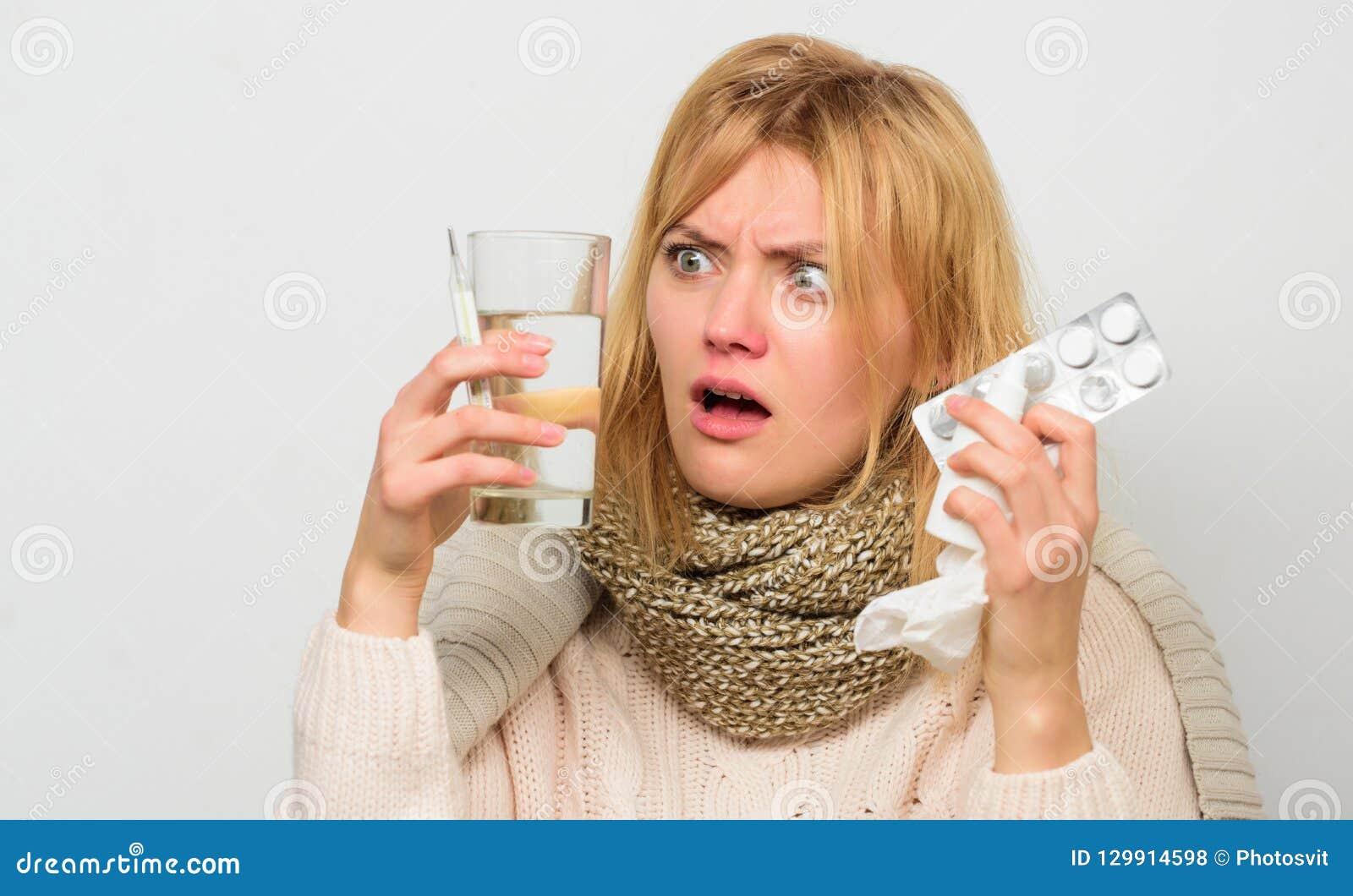 方式感觉更好的快速的流感家补救 摆脱流感 女服温暖的围巾,因为病症或流感 女孩举行