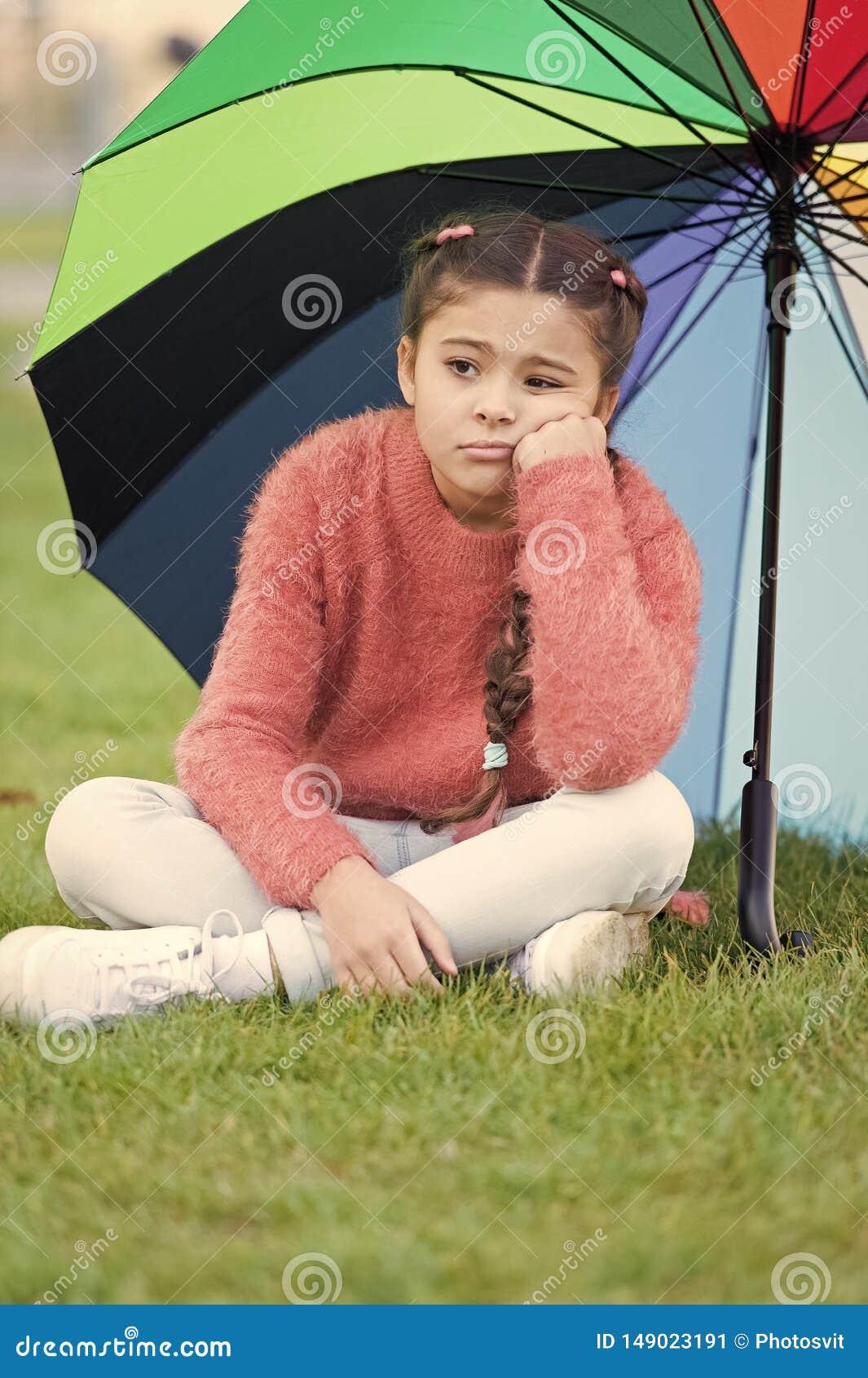 方式照亮您的秋天心情 快乐的心情的五颜六色的辅助部件 女孩儿童长发哀伤由于秋天天气
