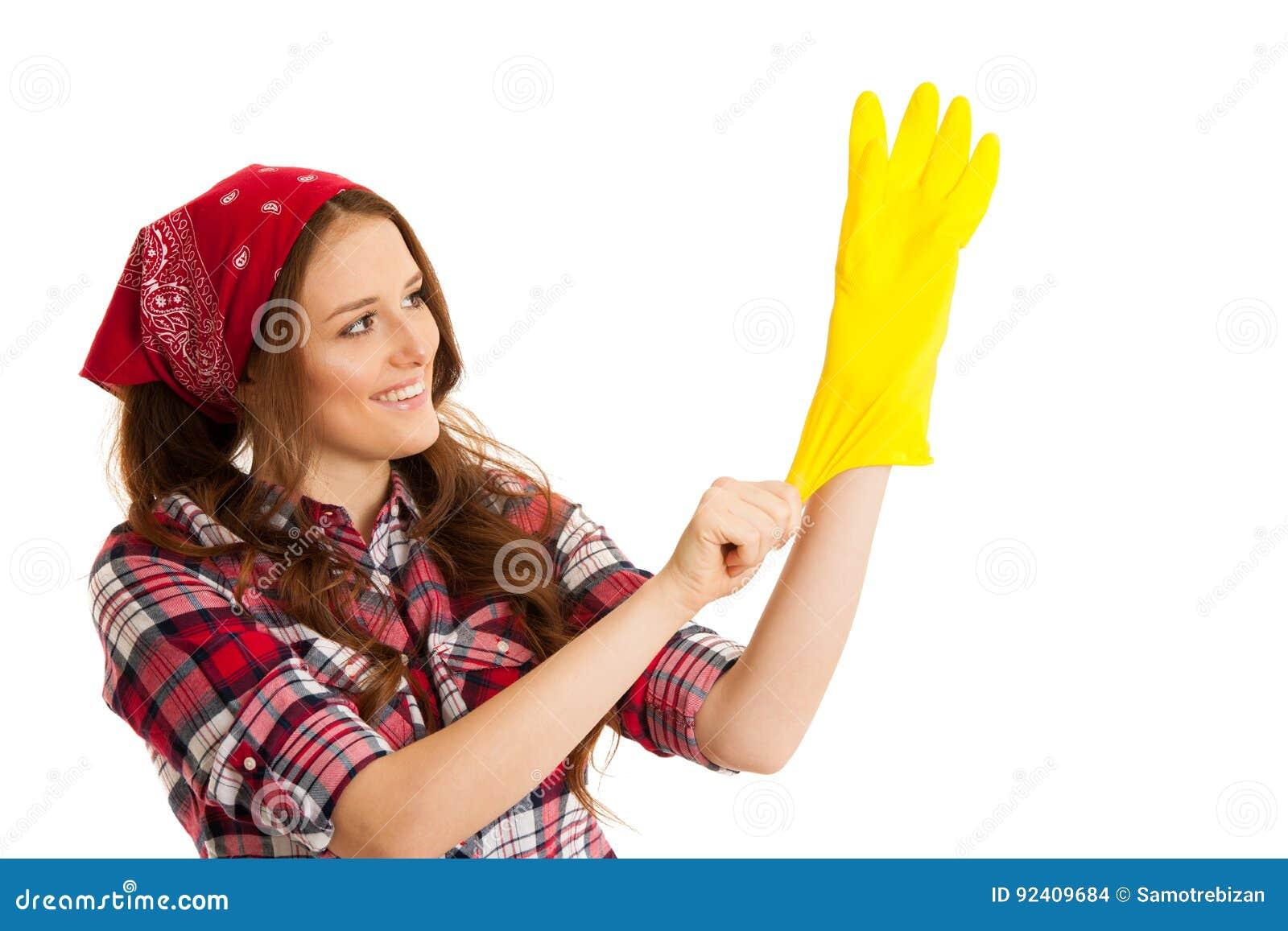 方格的衬衣的逗人喜爱的少妇有黄色橡胶手套的关于