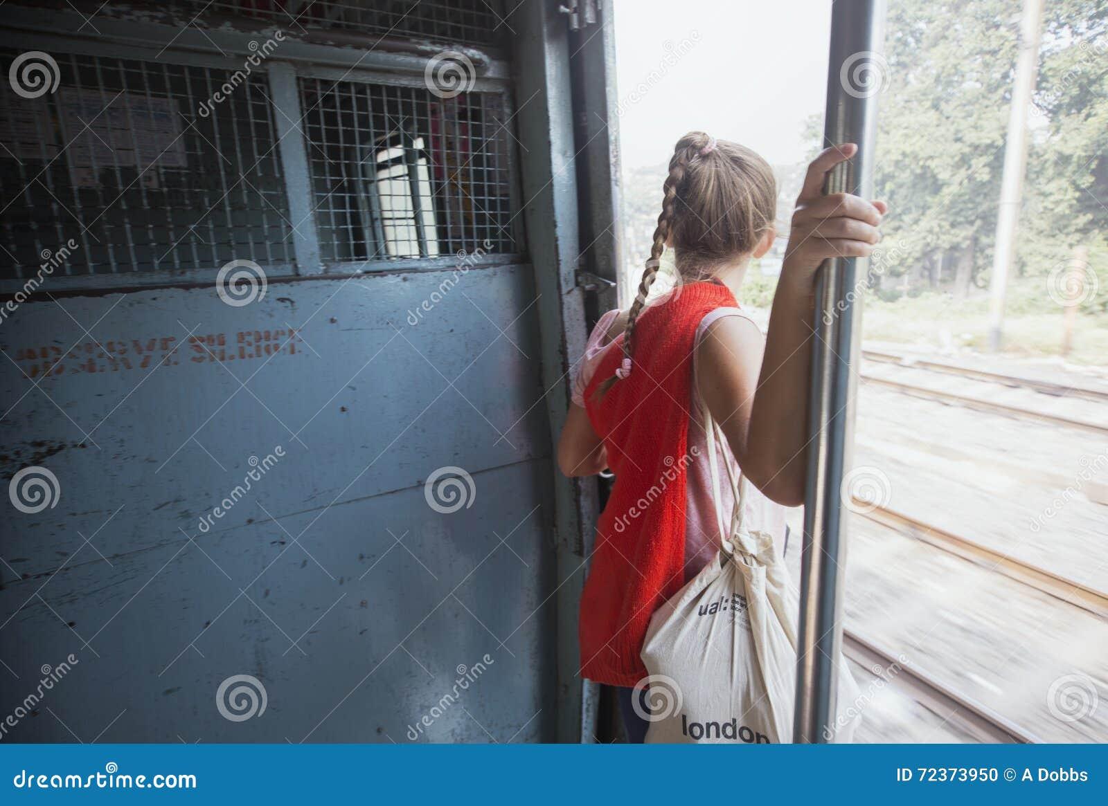 旅客在印度倾斜火车