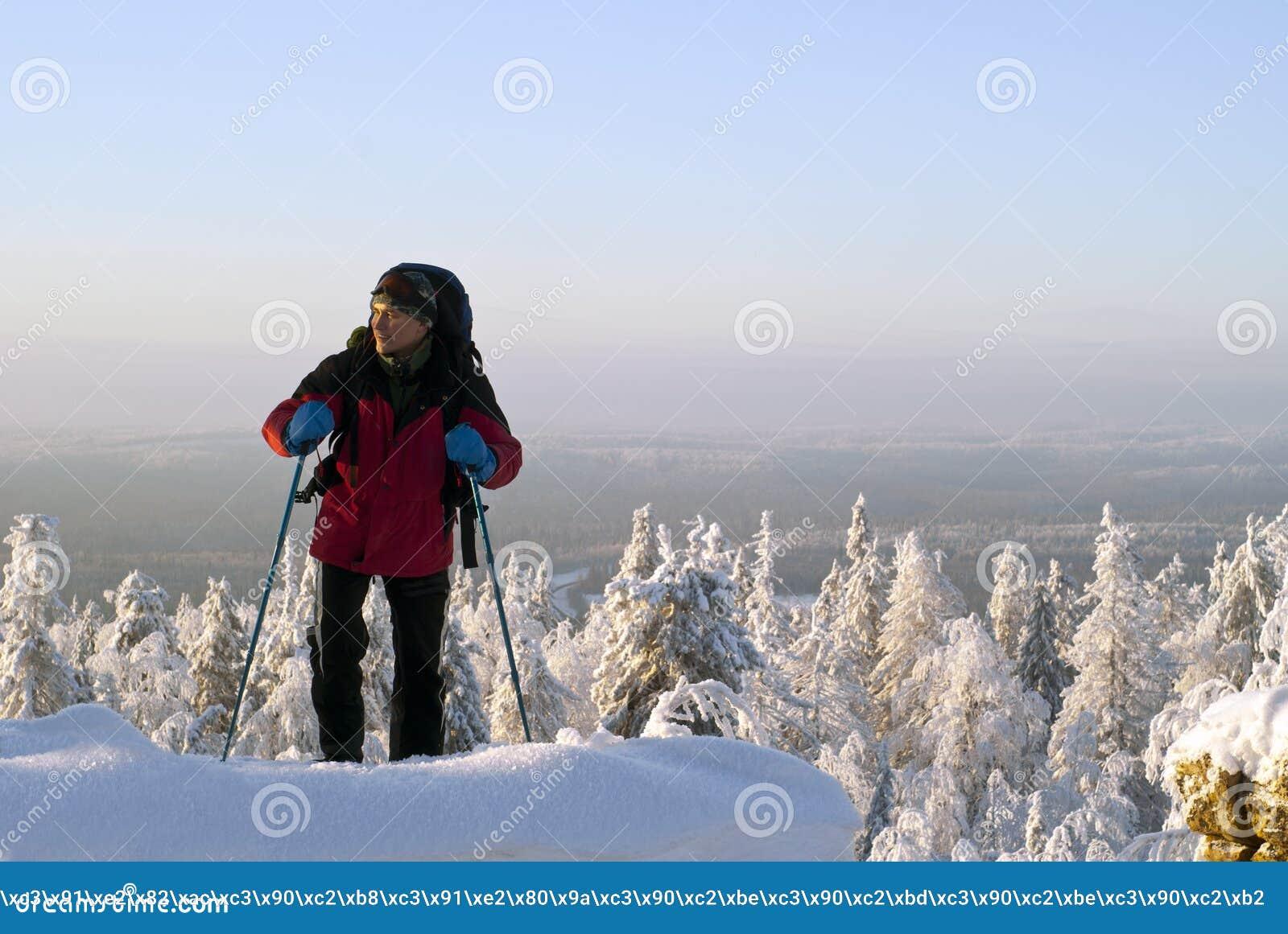 旅客在山的上面起来在冬天