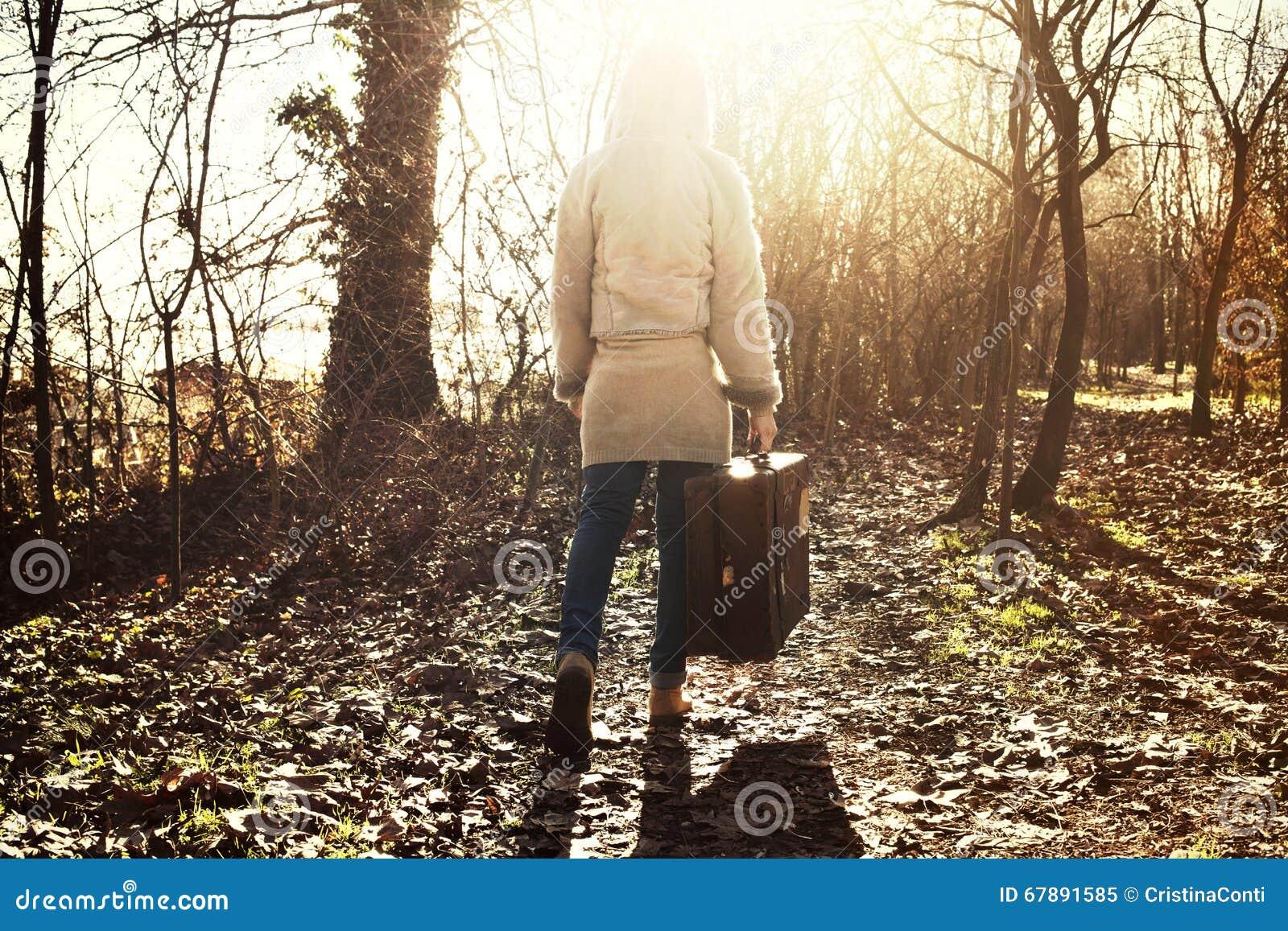 旅客妇女在森林里跟随希望光