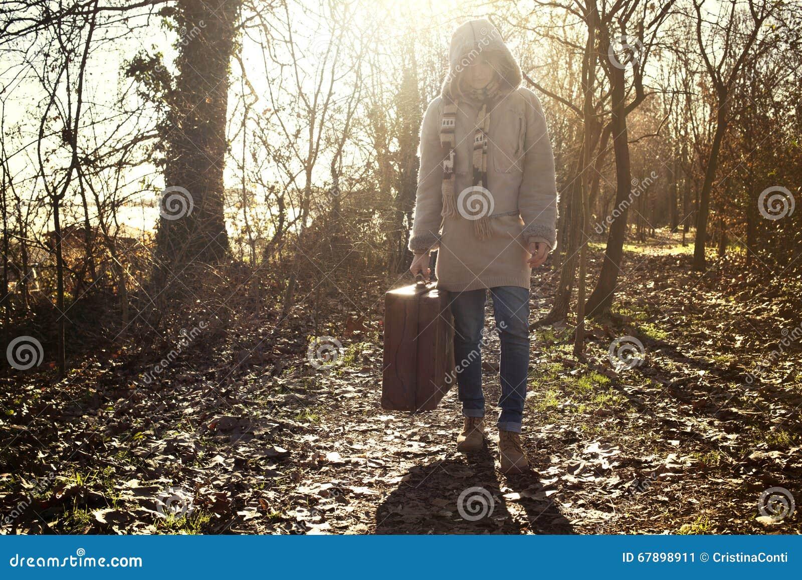 旅客妇女在神奇森林里开始它的旅途