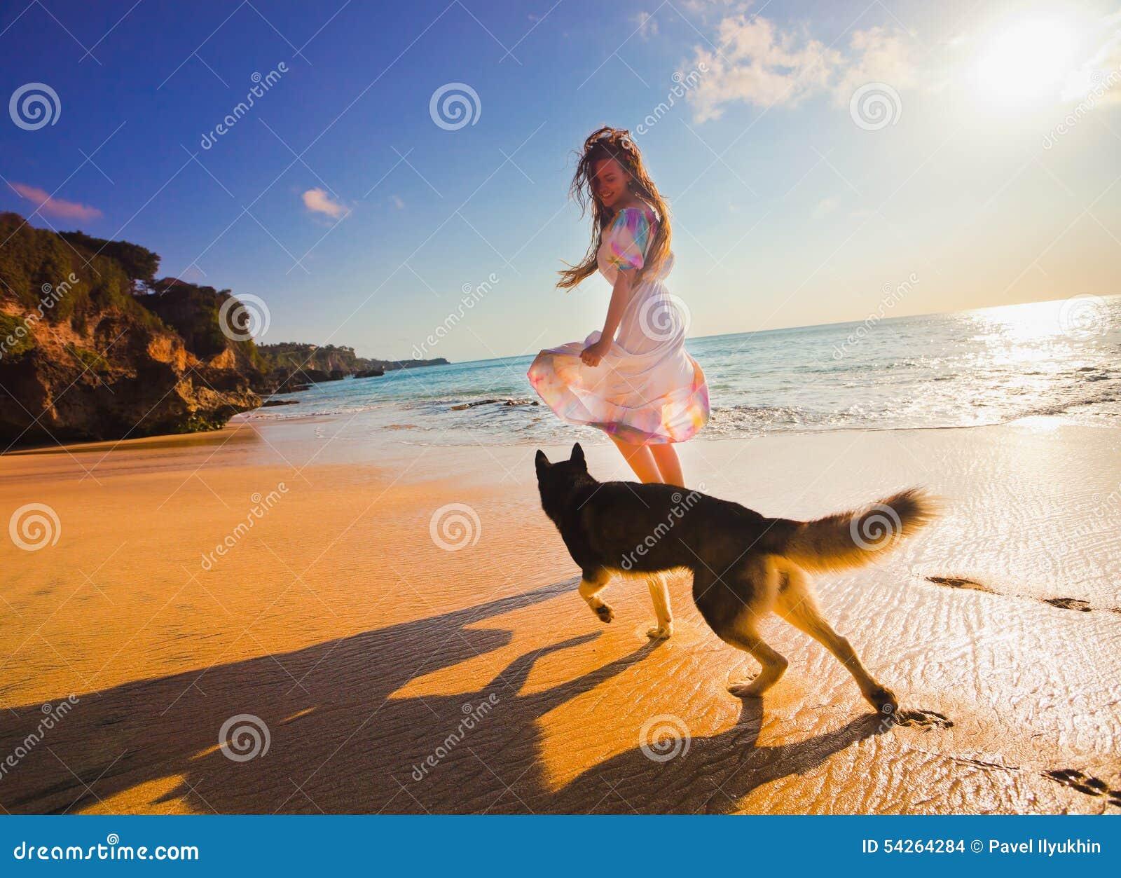 旅行与狗的妇女