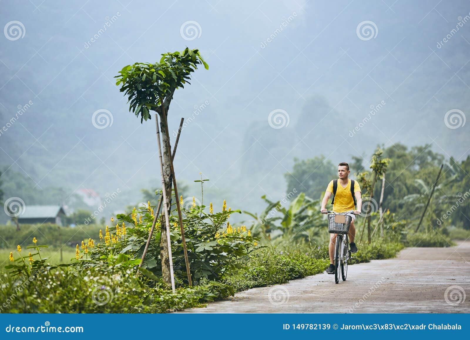 旅行乘自行车在越南