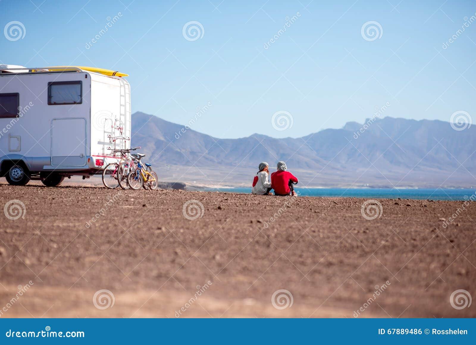 旅行乘野营的拖车的夫妇