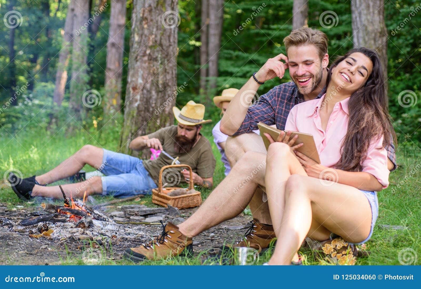 旅行和远足的发现伴侣 朋友松弛近的营火在会集的天以后远足或采蘑菇 夏天