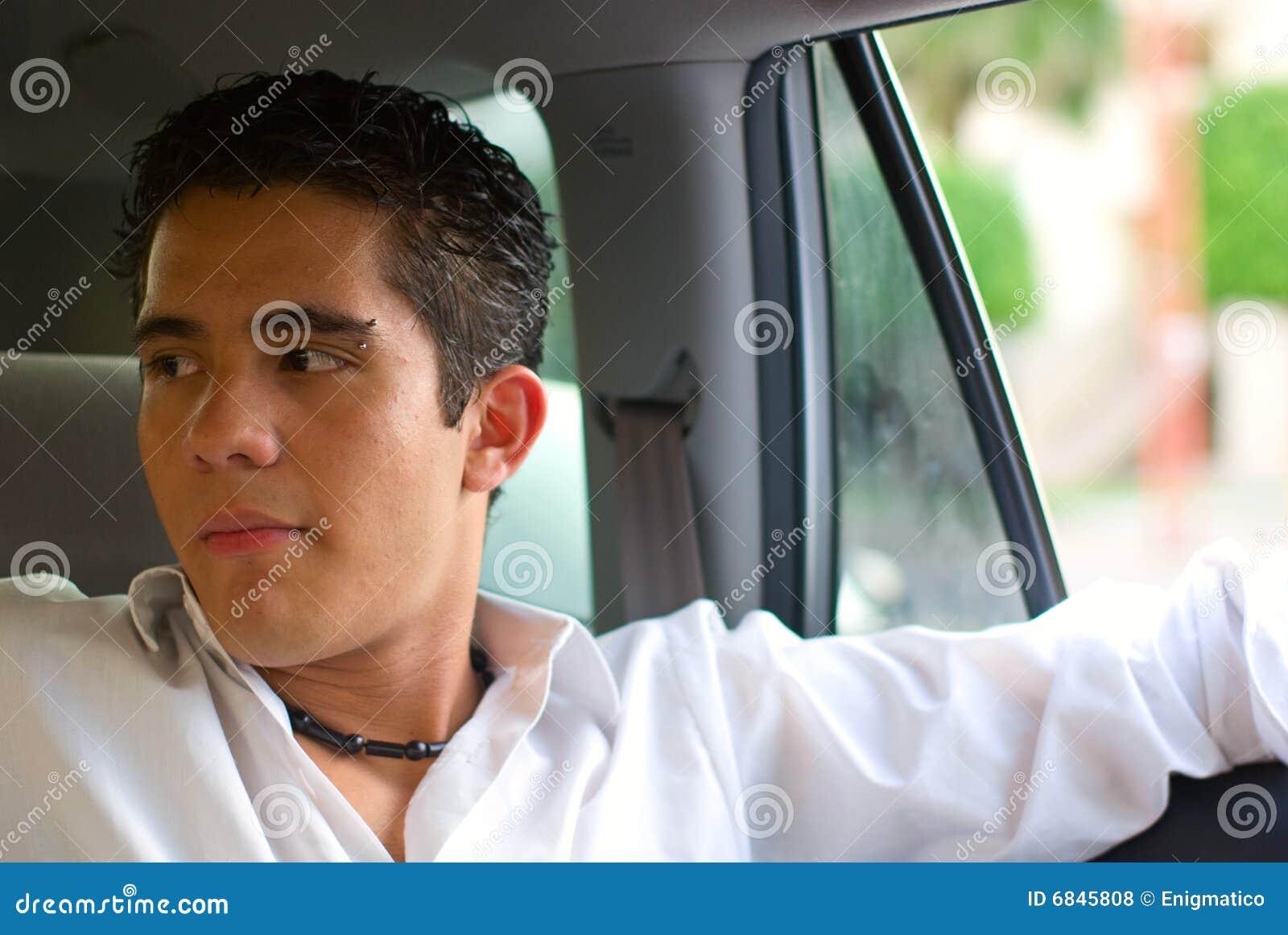 旅行在汽车的男孩