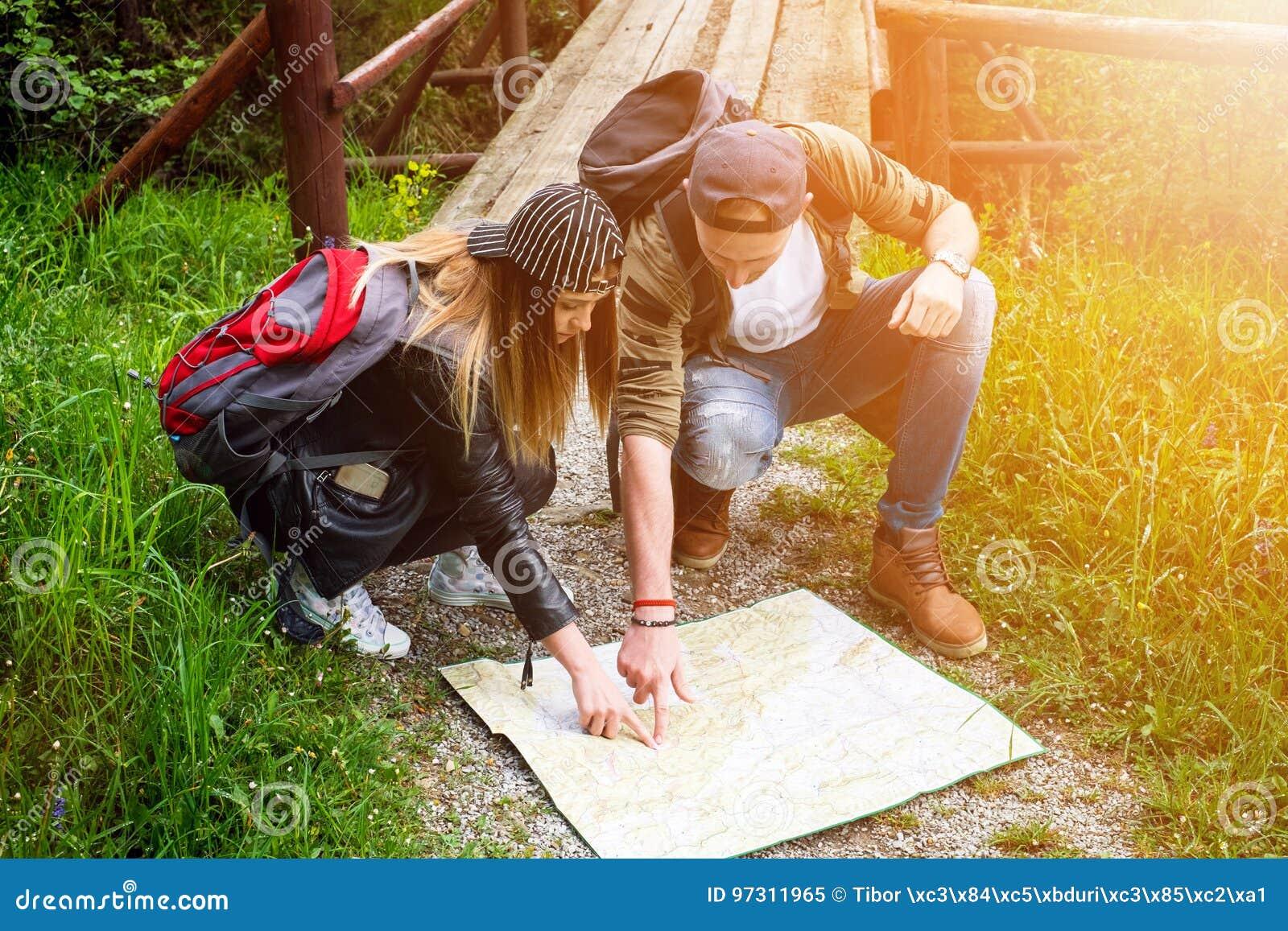 旅行在自然的年轻夫妇 愉快的人员 旅行生活方式