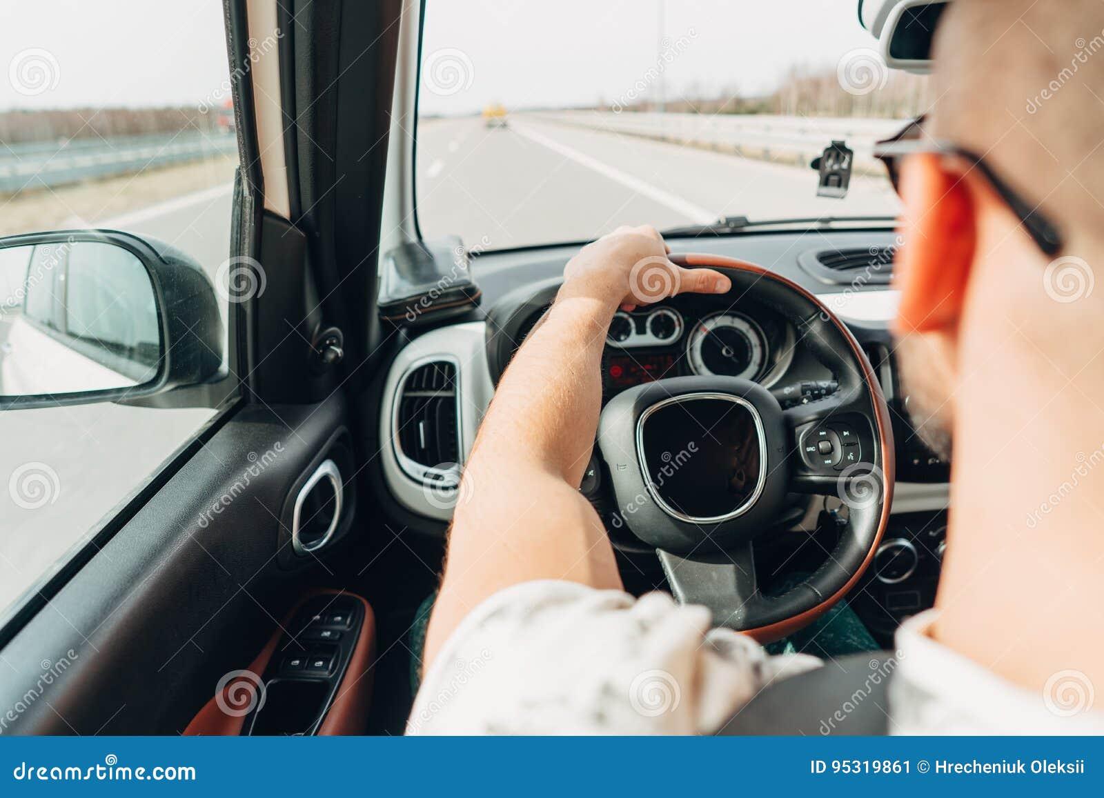 旅行在路的汽车的人