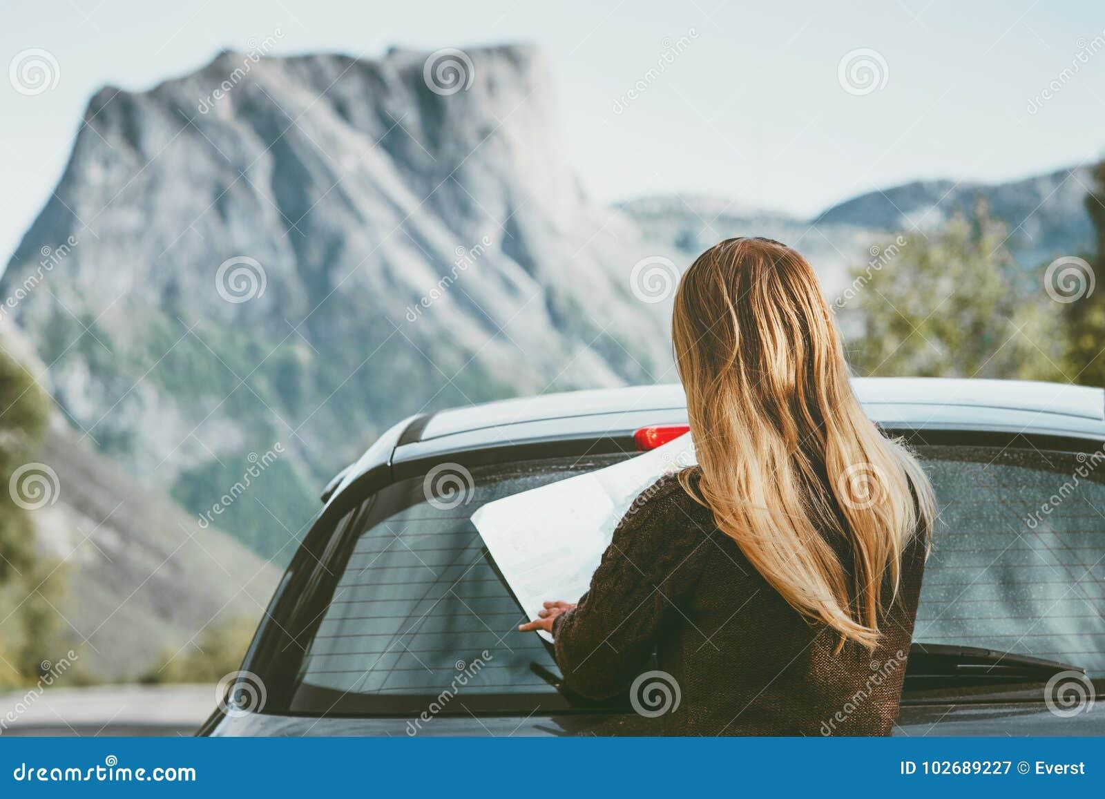 旅行妇女与地图计划旅途路线的汽车司机在挪威旅行生活方式概念冒险假期室外岩石mo