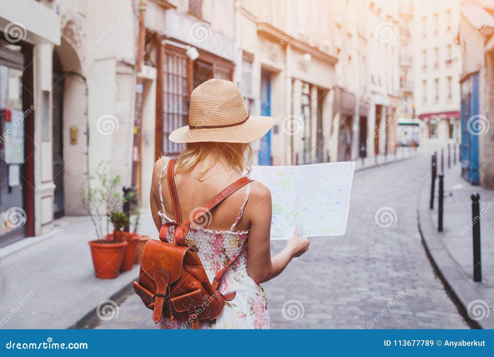 旅行指南,旅游业在欧洲,有地图的妇女游人