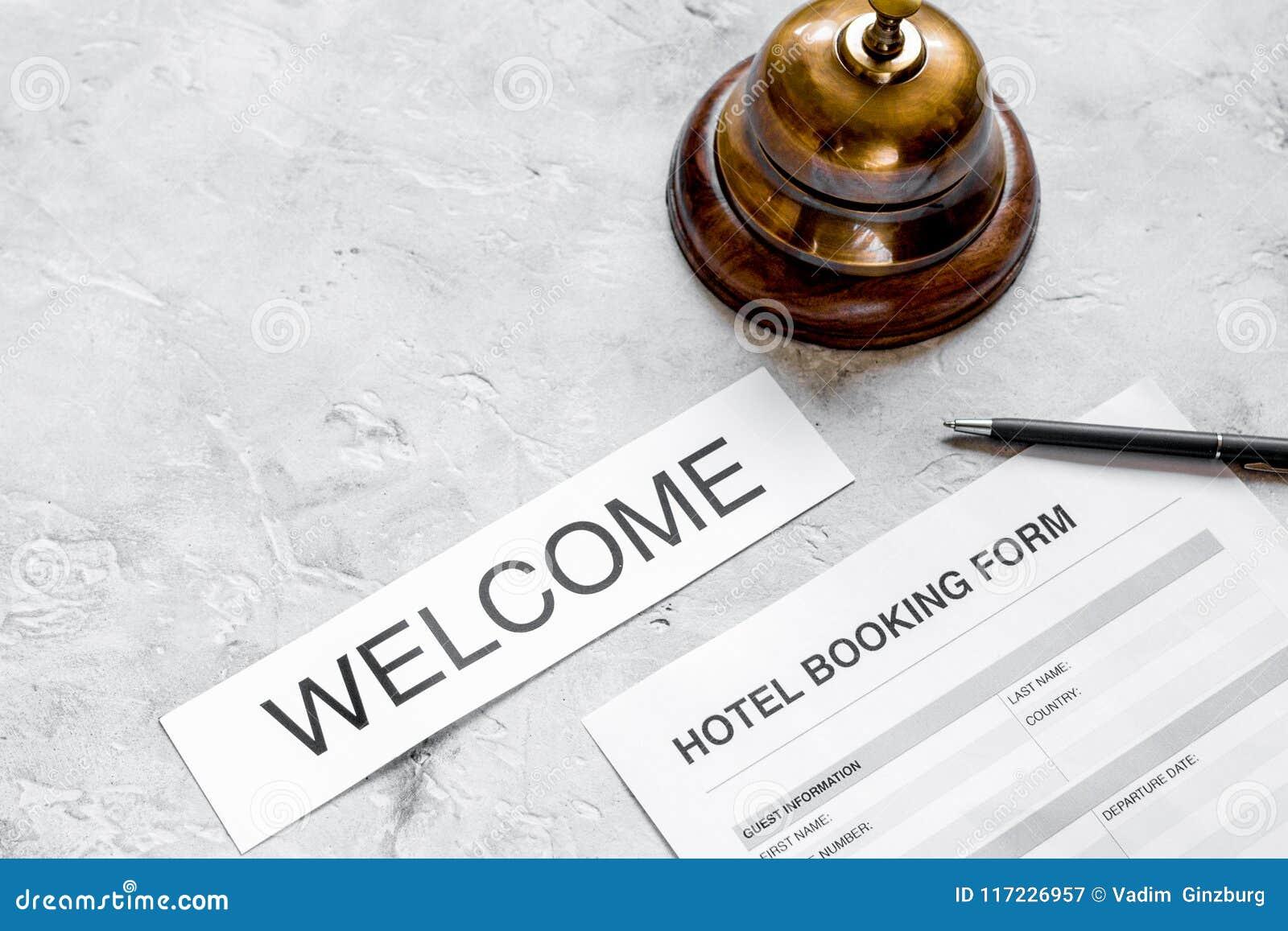旅馆预订空白和圆环在石背景