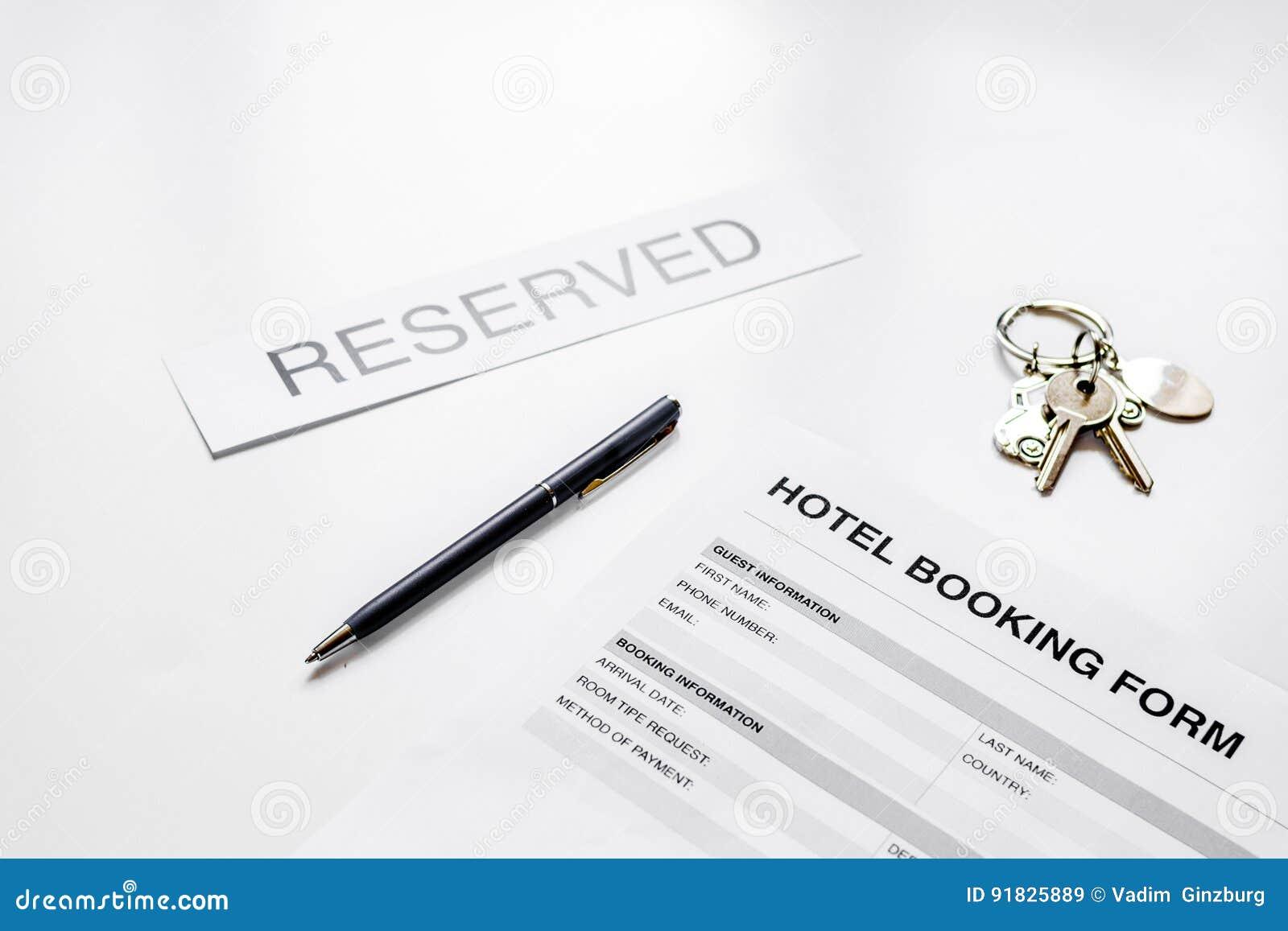 旅馆预订空白和房间钥匙在白色背景