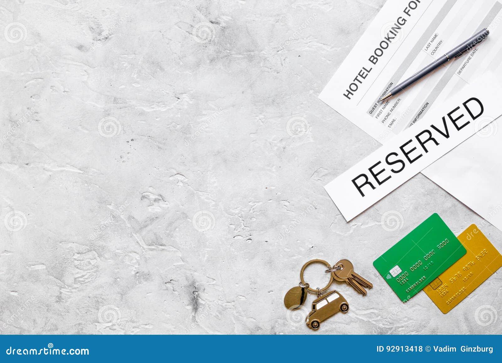 旅馆预订空白和钥匙在石背景顶视图大模型