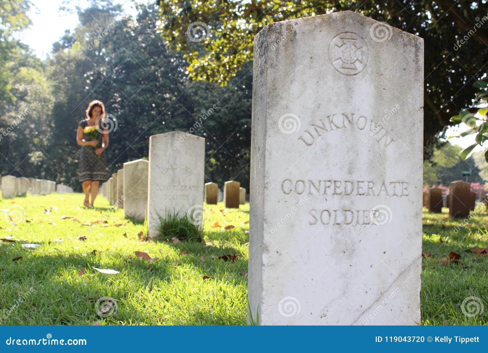 无名战士` s坟墓的妇女与黄色花