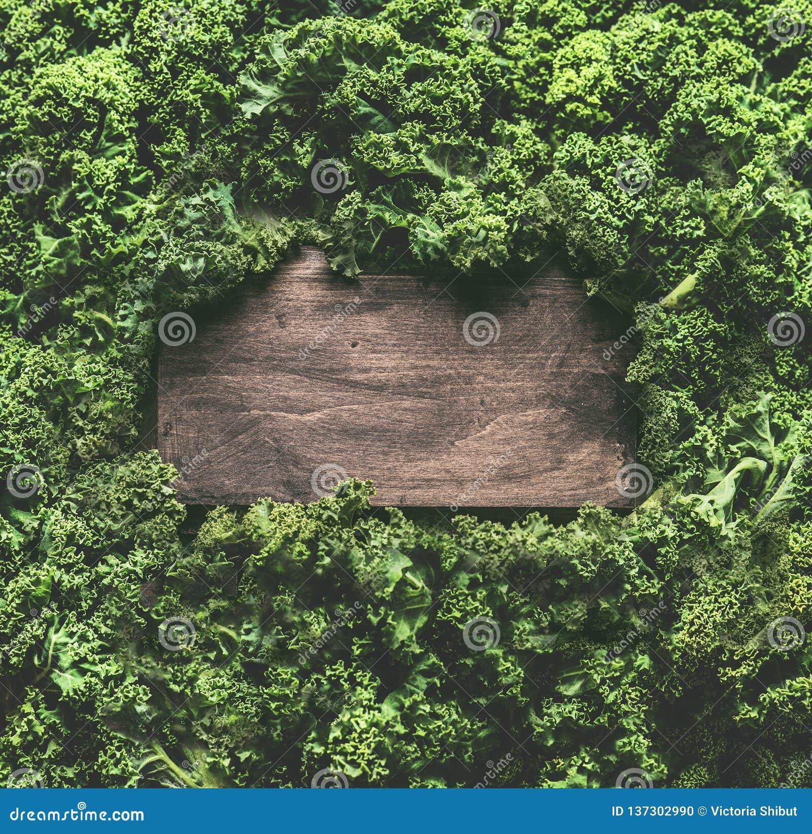 无头甘蓝留给背景框架木标志 健康戒毒所菜 干净的吃的和节食的概念 与拷贝的顶视图