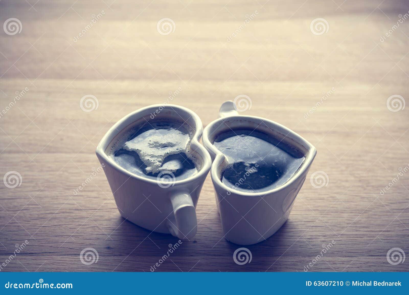 无奶咖啡,在两个心形的杯子的浓咖啡 爱,情人节,葡萄酒