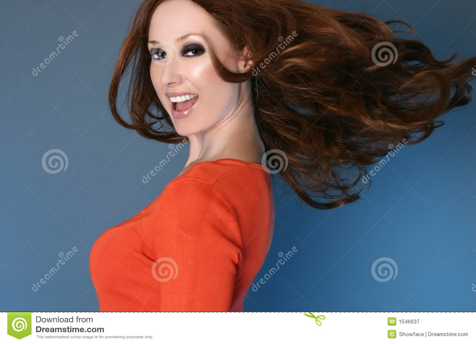 无忧无虑的头发长的行动妇女