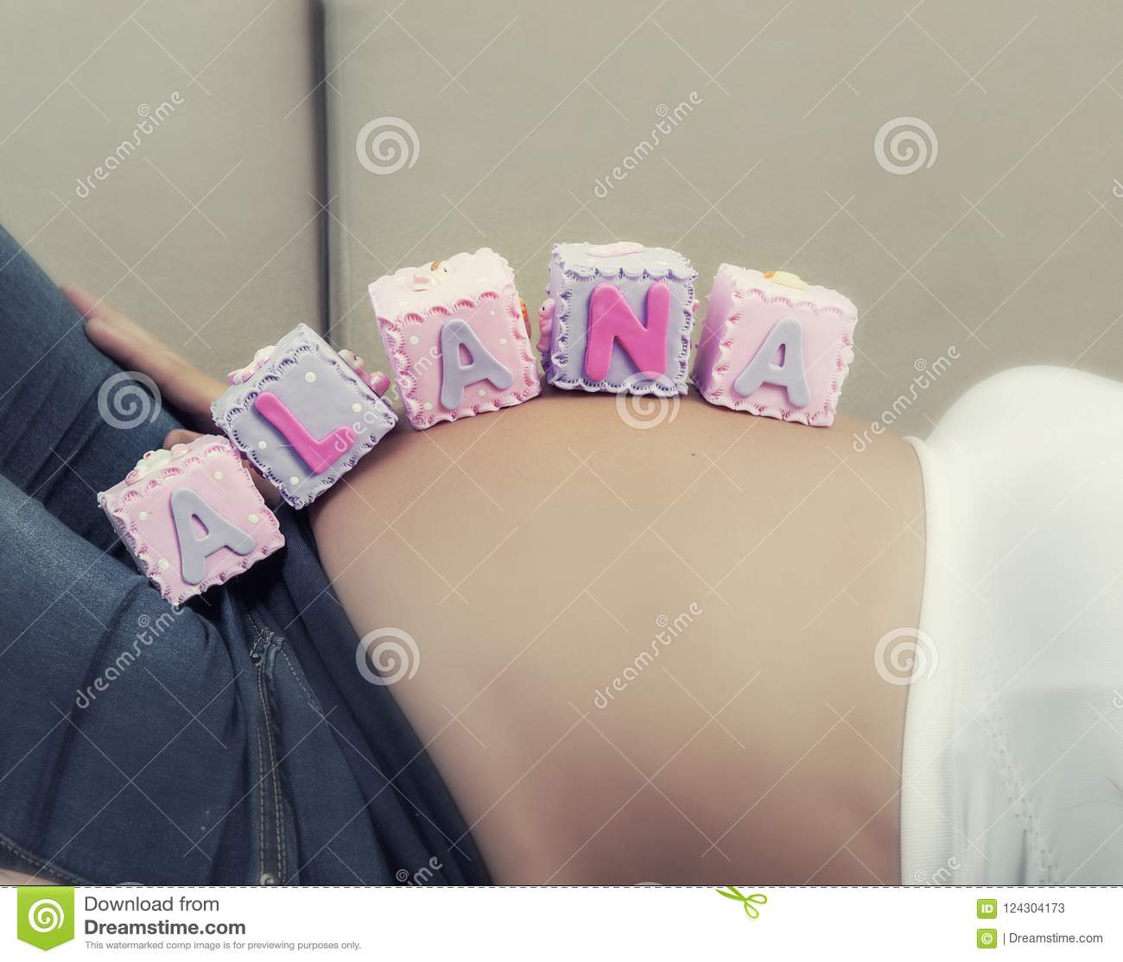 无法认出的孕妇特写镜头有名字的Alana在她的腹部